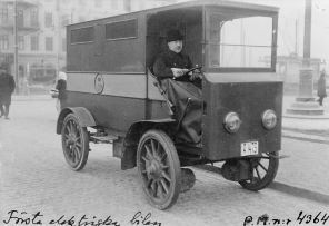 The first electric car trial in Stockholm, in 1911.