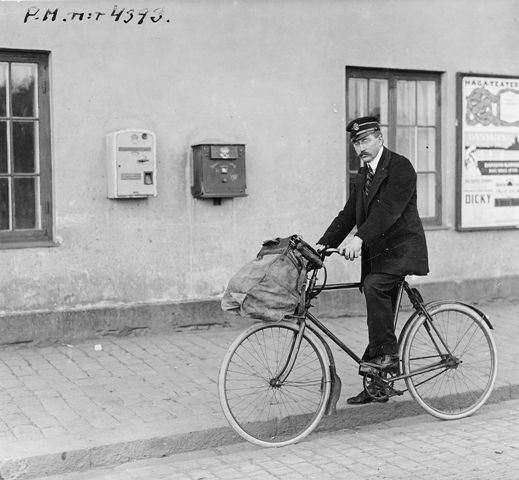 Cycling postman Frans Westerlund at the post office Stockholm 1, 1920th